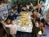"""Photo repas style """"auberge espagnole"""" au CDI pour les élèves de 6ème de l'atelier théâtre de Céline Ruiz"""